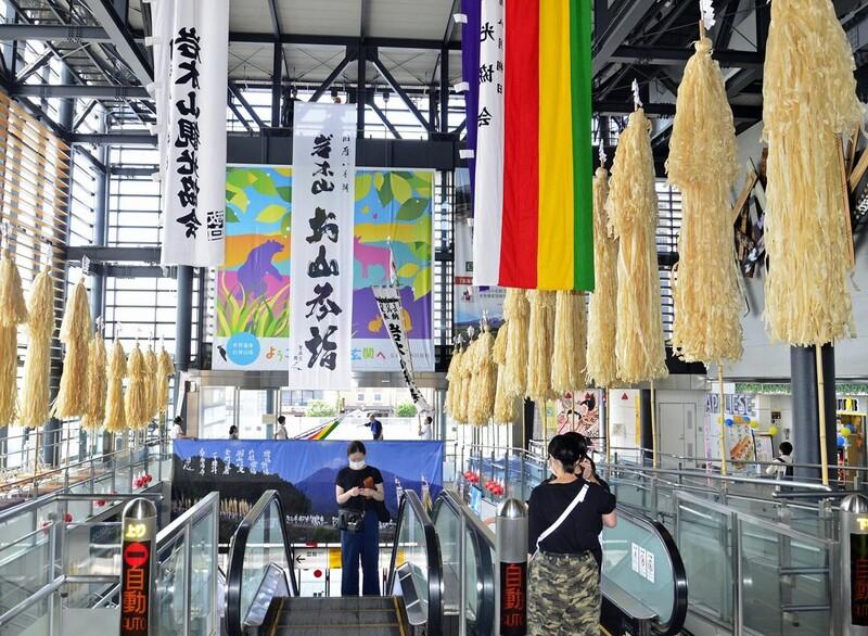 お山参詣の雰囲気演出 弘前駅に御幣、幟飾る|なびたび北東北